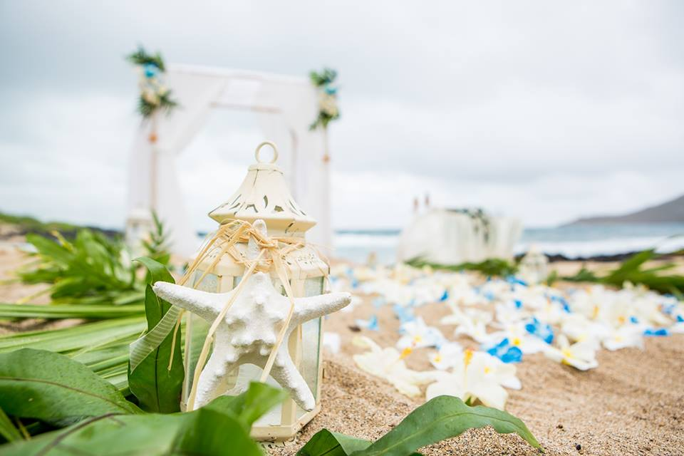 candel holders with star fish and beach arch at makapuu