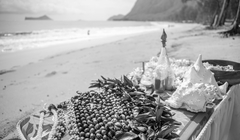 black and white beach wedding in Hawaii table with the flower leis