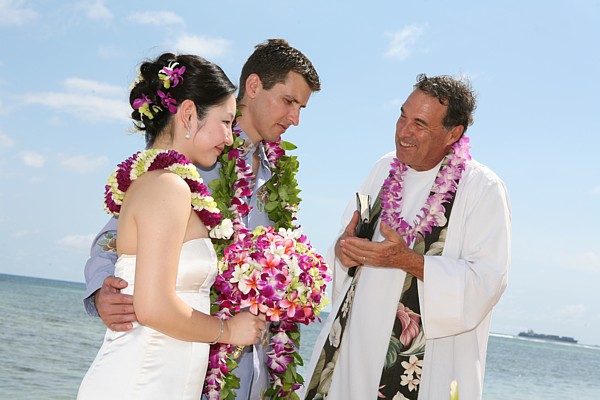 Rev Alan Fisher Minister i Hawaii talking with the wedding couple