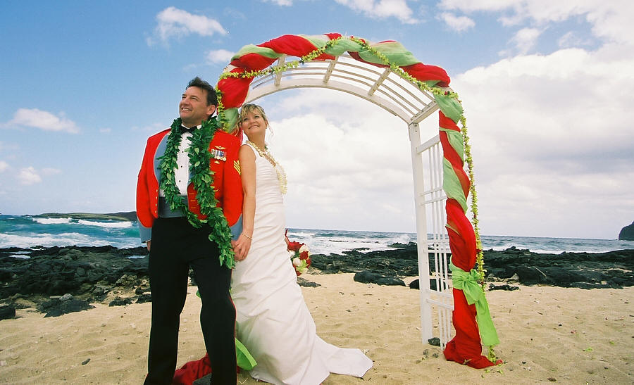 green and red Oahu beach marriage vows theme