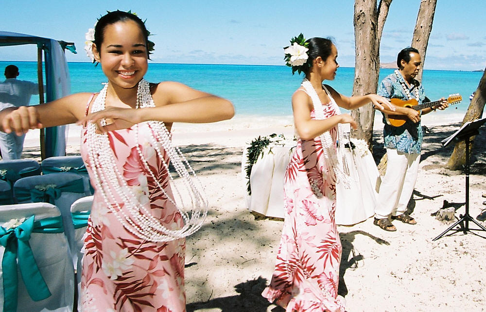 hula dancers at wedding in hawaii